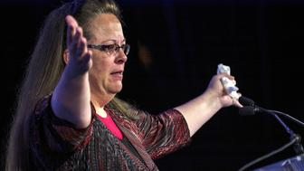 """Kentucky's Rowan County Clerk Kim Davis, who was briefly jailed for refusing to issue marriage licenses to same-sex couples, makes remarks after receiving the """"Cost of Discipleship"""" award at a Family Research Council conference in Washington September 25, 2015. REUTERS/James Lawler Duggan"""