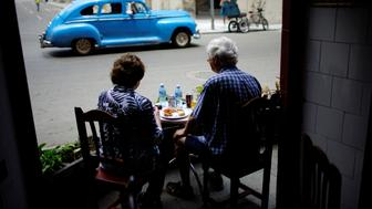 Tourists eat in a restaurant in Havana, Cuba, June 16, 2017. REUTERS/Alexandre Meneghini
