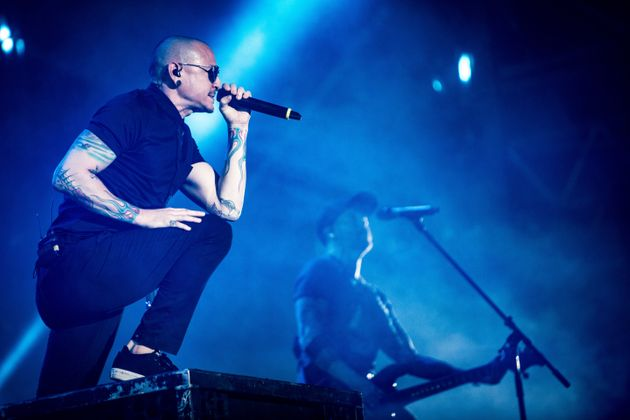 Chester performing with the band in Italy last