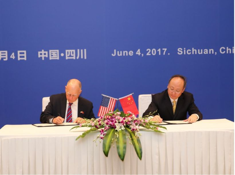 California Governor Brown and Sichuan Governor Yin Li sign a new sister-state agreement. [Image: Official website of Governor