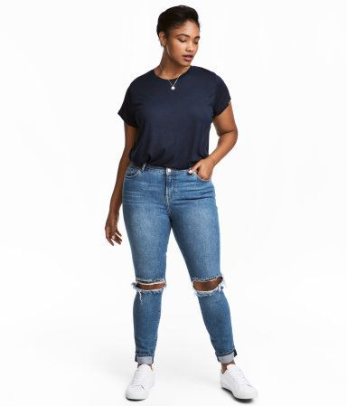 It's great to see more mainstream fashion brands creating clothing with real bodies in mind. Case and point: H&M. The fas
