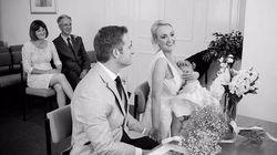Una novia amamanta a su hija durante su boda para