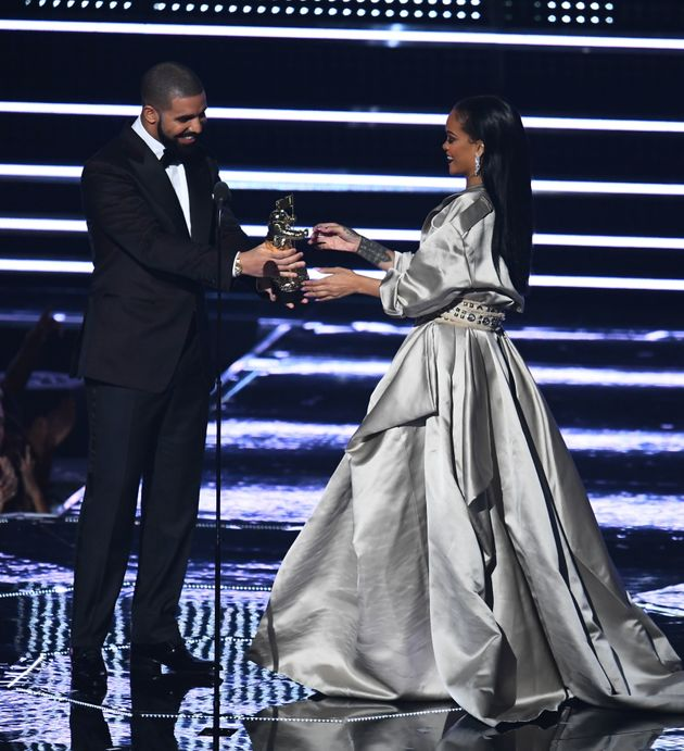 Drake presents Rihanna with a VMA in