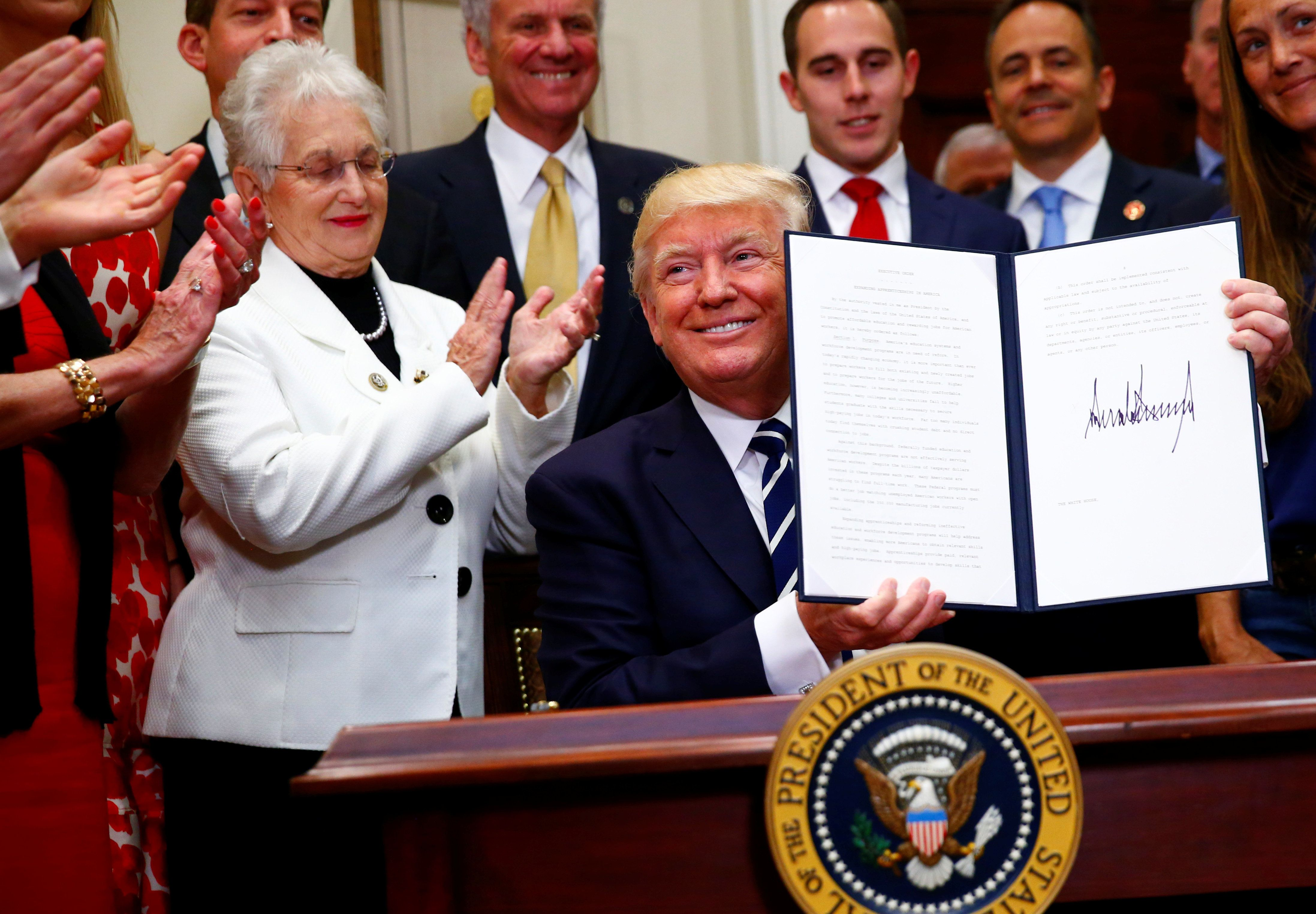 U.S. President Donald Trump signs an executive order at the White House in Washington, U.S. June 15, 2017. REUTERS/Eric Thayer     TPX IMAGES OF THE DAY