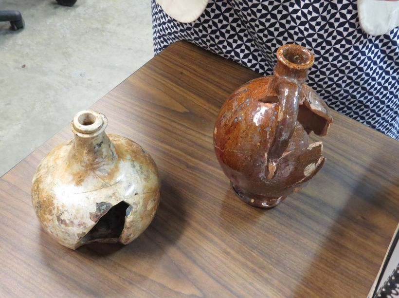 <em>Found at the Stadt Huys site, a redware pitcher and a glass bottle that were likely hefted by New Amsterdam serving maid