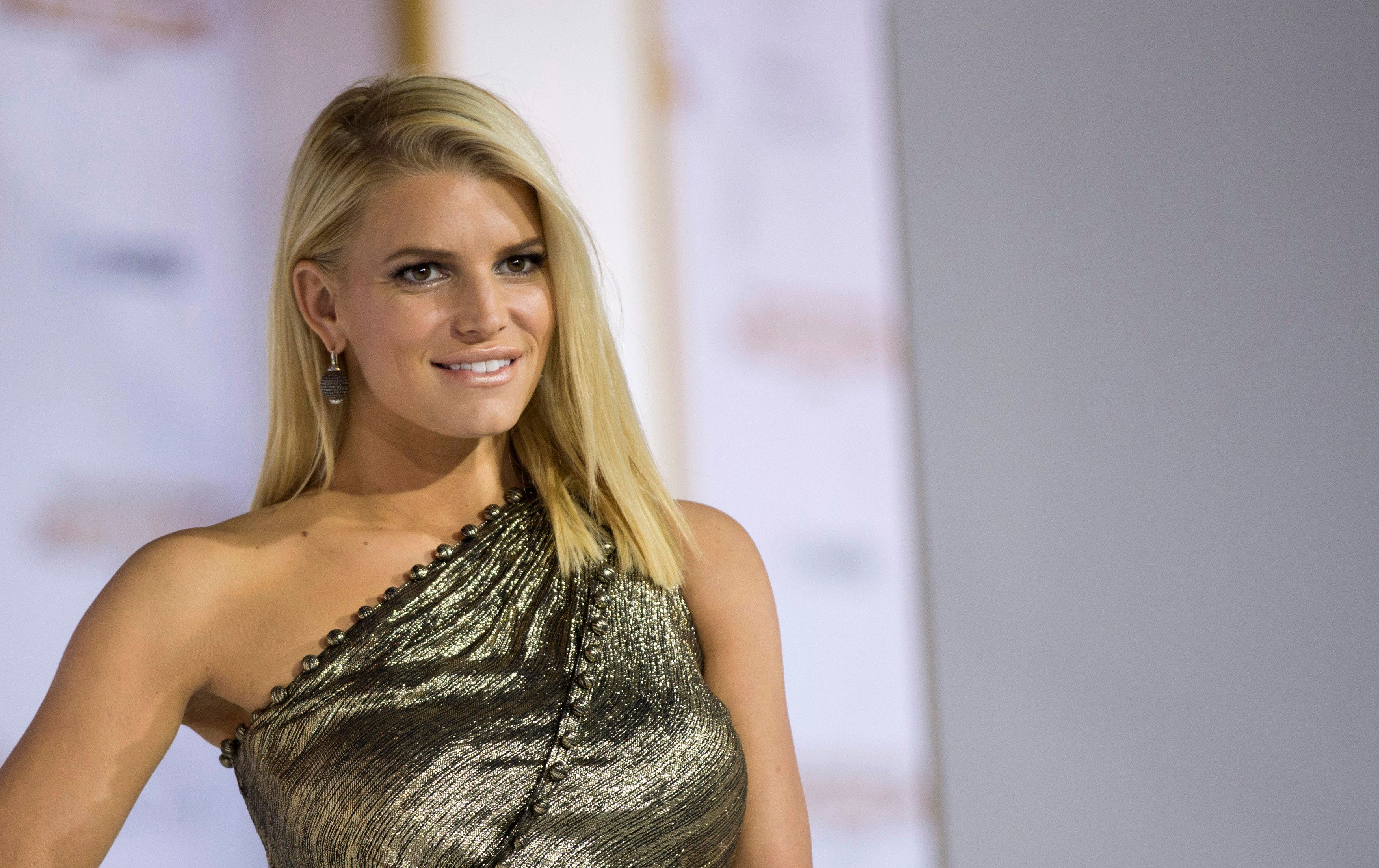Jessica Simpson Shares A Photo Of Her Leg-Shaving