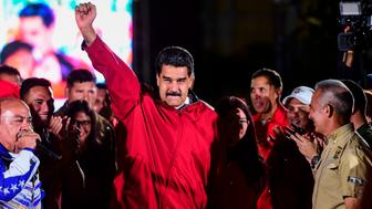 TOPSHOT - Venezuelan president Nicolas Maduro celebrates the results of 'Constituent Assembly', in Caracas, on July 31, 2017. Deadly violence erupted around the controversial vote, with a candidate to the all-powerful body being elected shot dead and troops firing weapons to clear protesters in Caracas and elsewhere.  / AFP PHOTO / RONALDO SCHEMIDT        (Photo credit should read RONALDO SCHEMIDT/AFP/Getty Images)