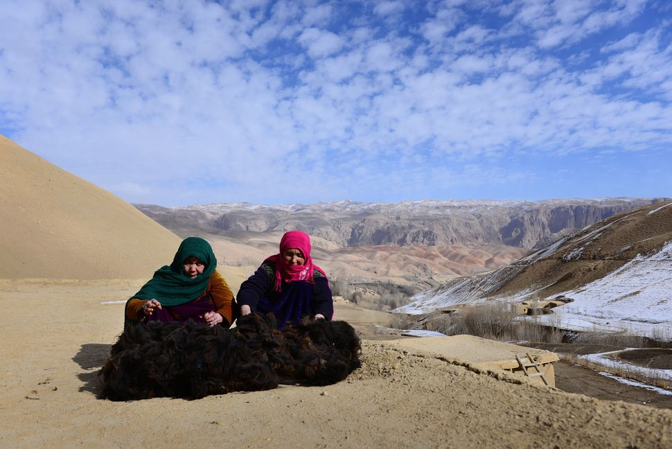 Sakina Mohammad and Razia Khudada are neighbors in Bamiyan. Every now and then they go up to their roof to spin wool. They us