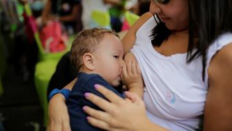 A woman breastfeeds her baby as part of the celebration for World Breastfeeding Week in Caracas, Venezuela August 4, 2016. REUTERS/Marco Bello  TEMPLATE OUT