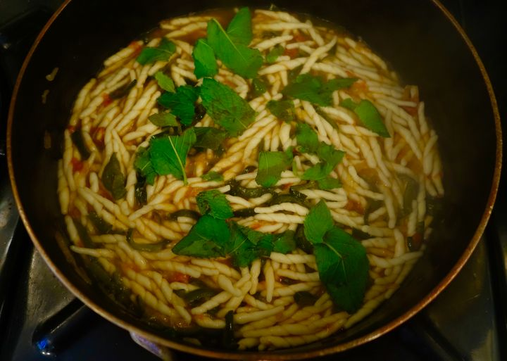 <p>Just before serving, plenty of mint leaves</p>