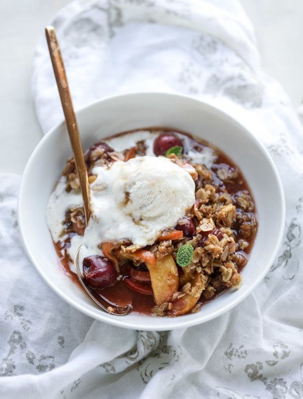 "<strong>Get the <a href=""http://www.howsweeteats.com/2017/05/cherry-peach-crisp-oatmeal-cookie-crumble/"" target=""_blank"">Cher"