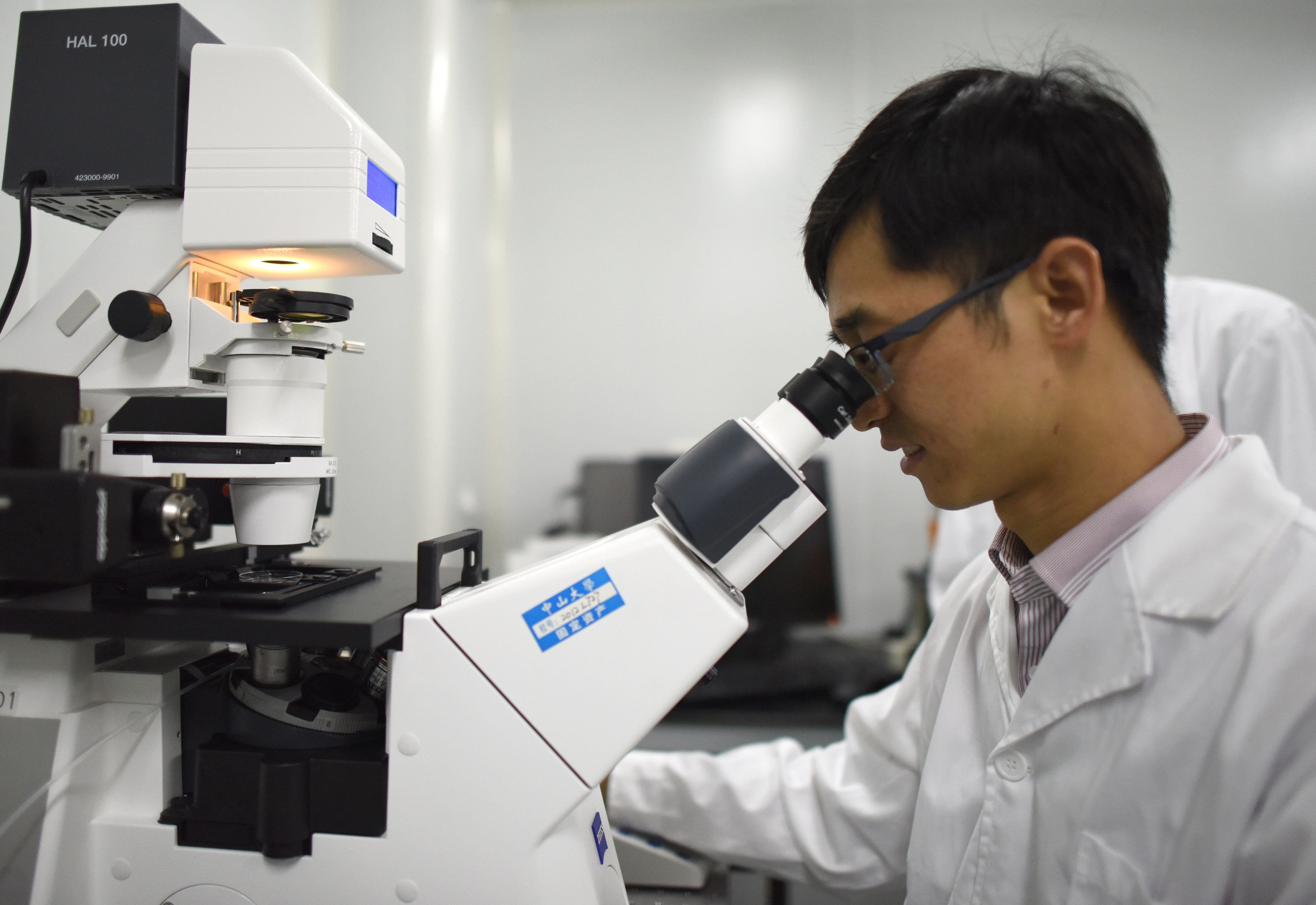 GUANGZHOU, April 7, 2016-- Associate Prefessor Huang Junjiu, also a gene-function researcher, makes experiments at Sun Yat-sen University in Guangzhou, capital of south China's Guangdong Province, April 2, 2016. In April of 2015, biologist Huang Junjiu published the first report of a human embryo with edited genes, sparking a global debate on the ethics of such research. In his study, Huang and his team used spare embryos from fertility clinics that could not progress to a live birth, and modified the gene, responsible for a kind of blood disorder, in the embryos. To accomplish the task, they adopted a powerful technique known as CRISPR-Cas9, which can be programmed to precisely alter DNA at specific sequences. (Xinhua/Lu Hanxin via Getty Images)
