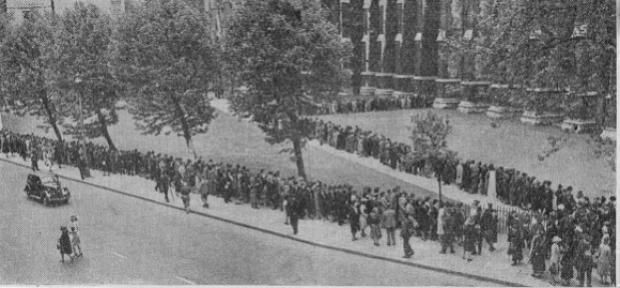 Crowds queuing for prayer outside Westminster Abbey. 1940.