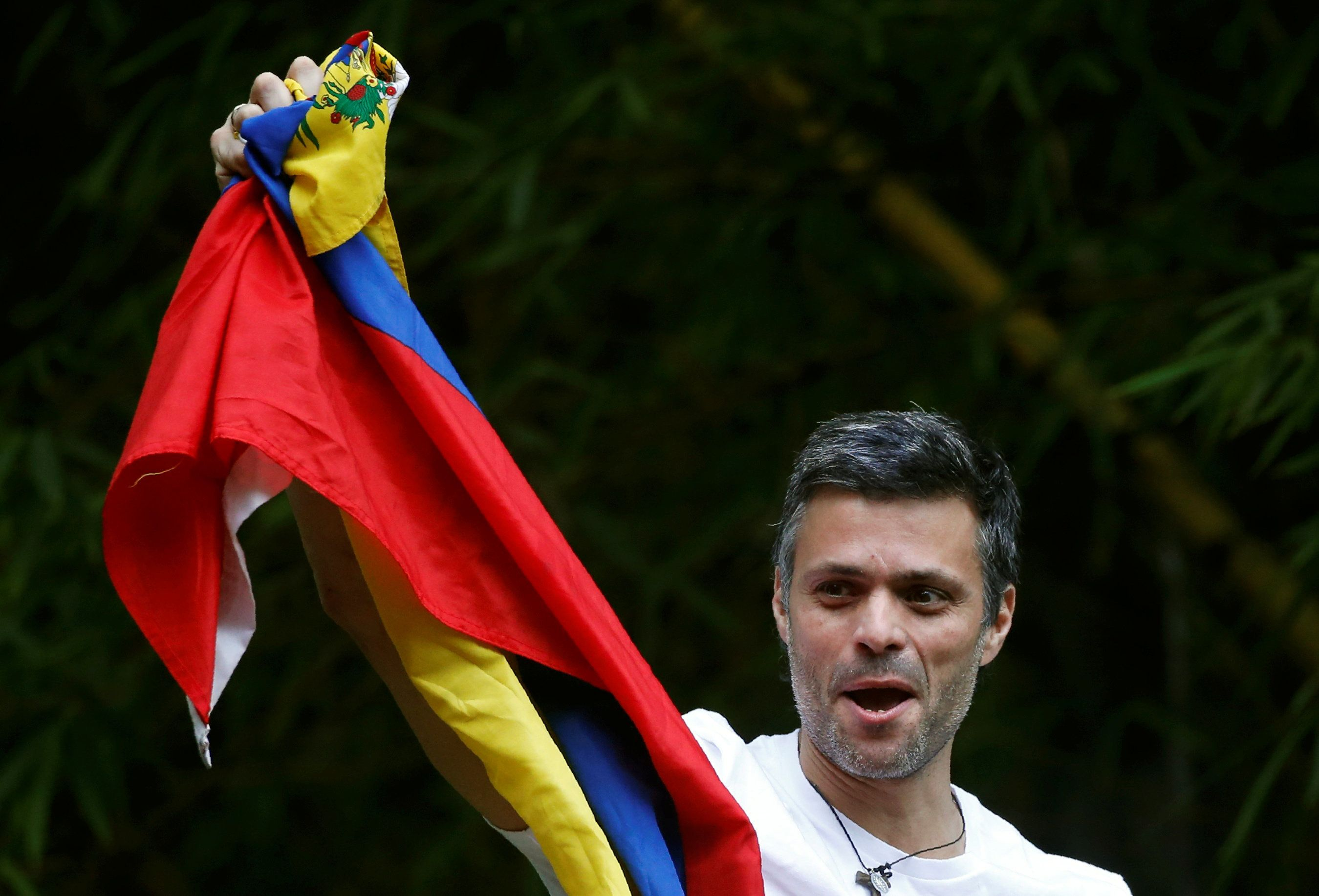 Venezuela's opposition leader Leopoldo Lopez, who has been granted house arrest after more than three years in jail, salutes supporters, in Caracas, Venezuela July 8, 2017. REUTERS/Andres Martinez Casares