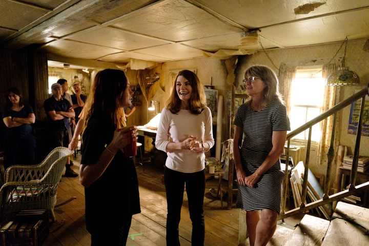 "Brie Larson, Jeanette Walls and production designer Sharon Seymour talk on the set of ""The Glass Castle."""