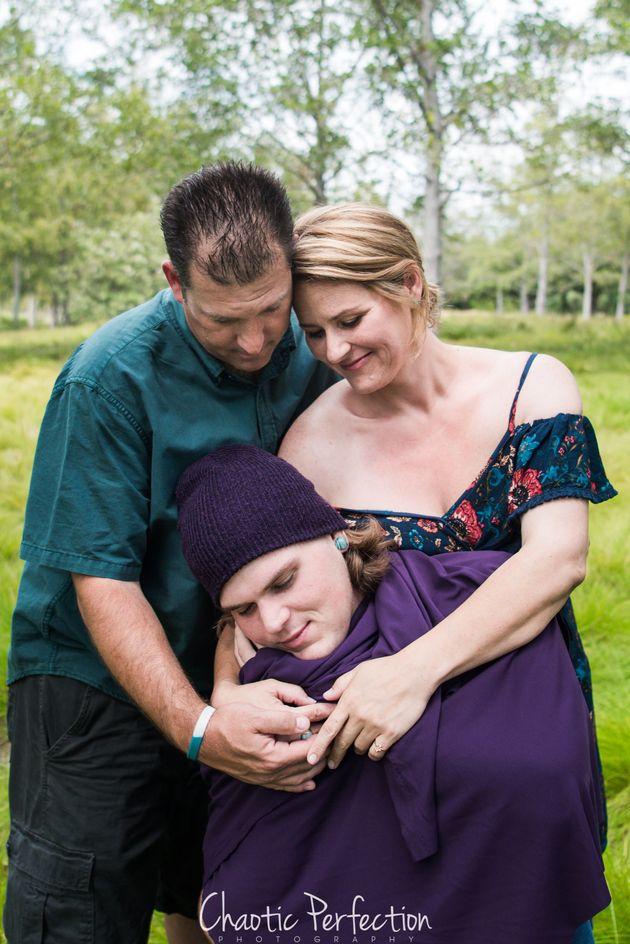 Des parents prennent des photos de «nouveau-né» avec leur fils de 21