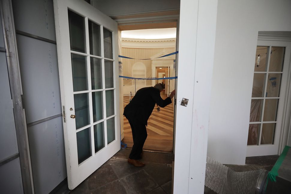 A U.S. Secret Service agent looks into the Oval Office.