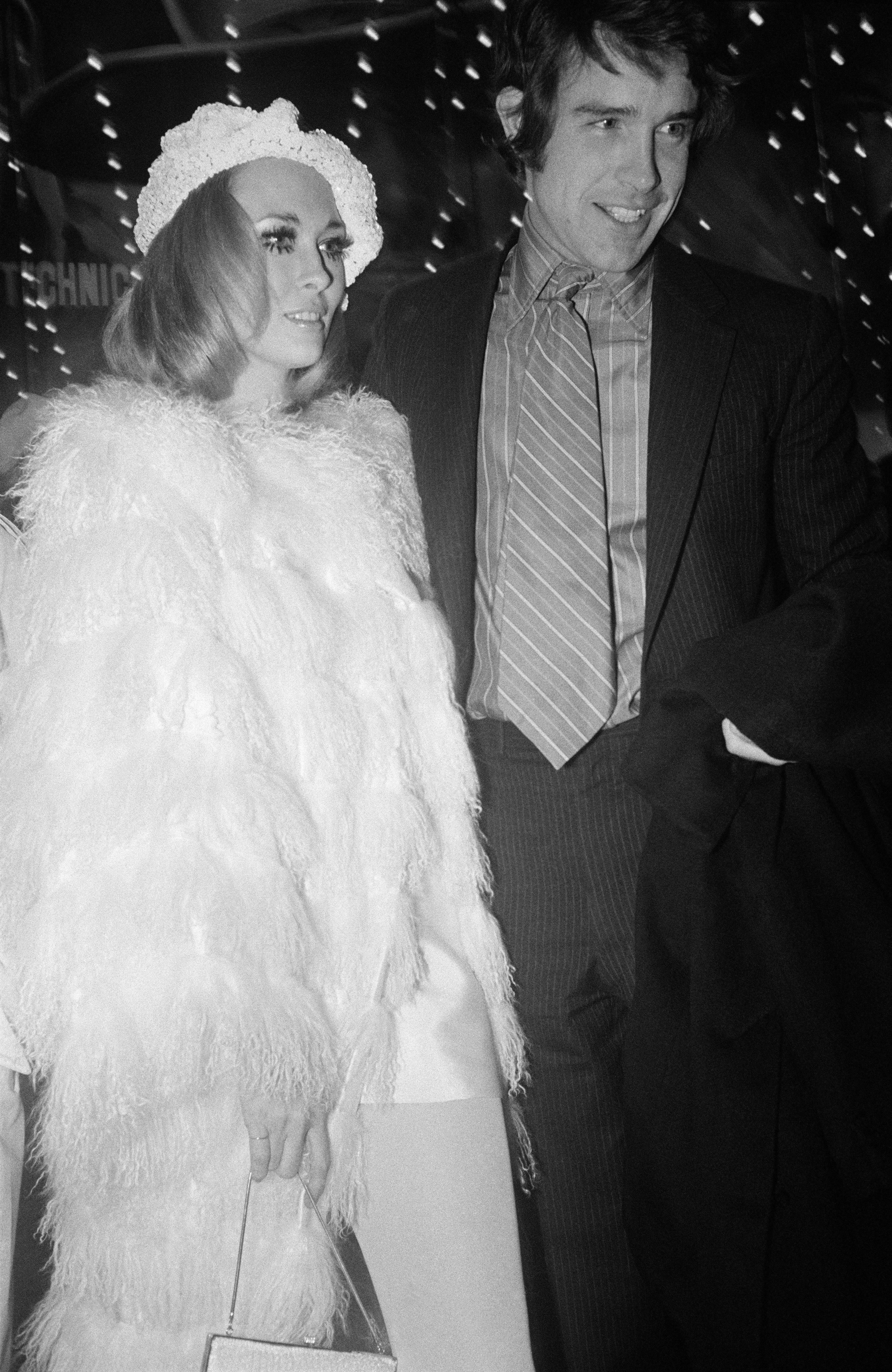 PARIS, FRANCE - JANUARY 20: Faye Dunaway And Warren Beatty At 'Bonnie And Clyde' Premiere, In Paris, France, On January 20, 1968 . (Photo by REPORTERS ASSOCIES/Gamma-Rapho via Getty Images)