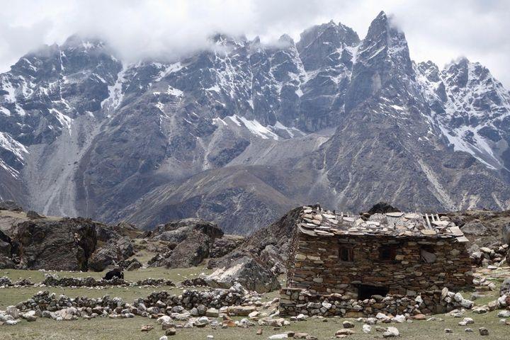 <p><em>Abandoned house in the Himalayas, Nepal.</em></p>