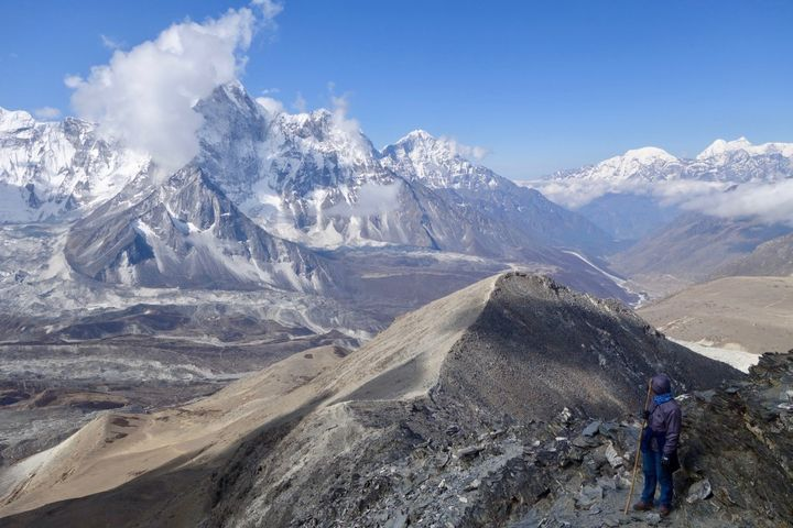 <p><em>Climbing up to the summit of Chukung-Ri (5,550m) in Nepal.</em></p>