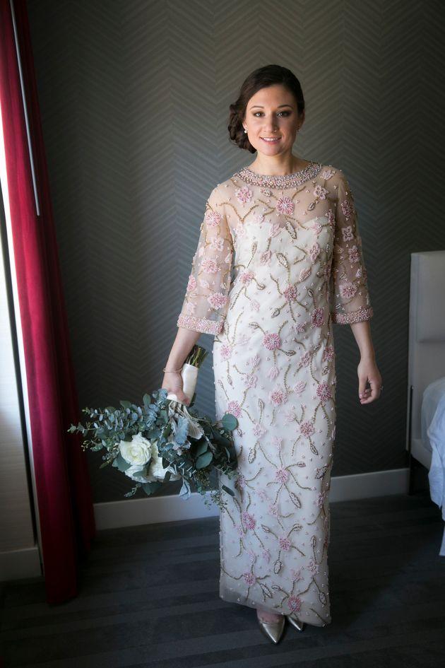 El vestido llevaba 30 años guardado en una bolsa de papel marrón hasta que le dijeron a la madre de la...