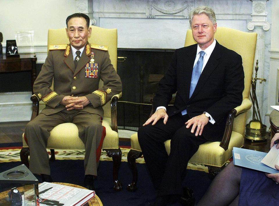 Bill Clinton con Jo Myong Rok, vicepresidente de la comisión nacional de defensa de Corea del Norte,...