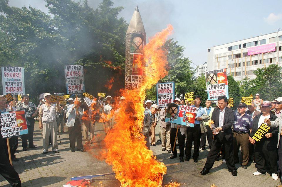 Seúl, 8 de abril de 2009. Manifestantes surcoreanos queman retratos de Kim Jong Il tras el segundo ensayo...