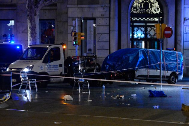 <strong>The van that ploughed into pedestrians in Las Ramblas is towed