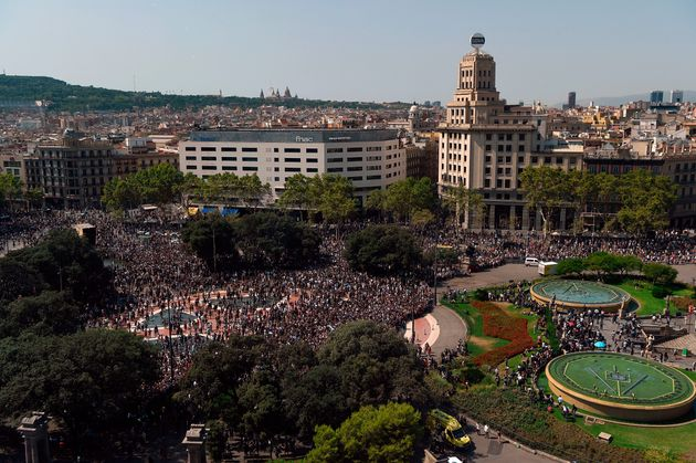 Crowds in the Plaza de Catalunya after observing a minute of silence for the victims of the Barcelona