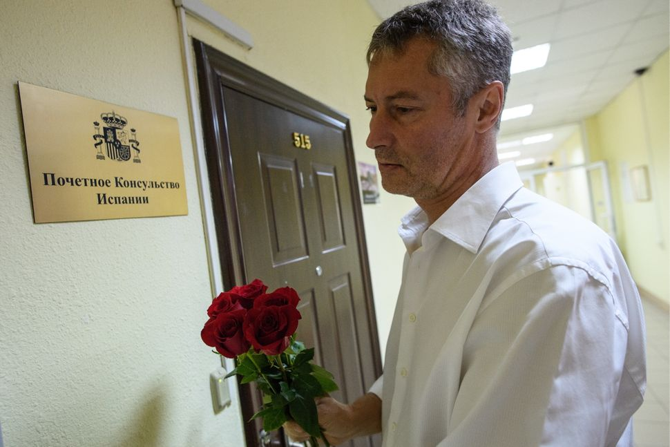 Yekaterinburg Mayor Yevgeny Roizman brings flowers to the Consulate of Spain.