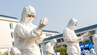 HEBI, CHINA - JUNE 17: Health workers act in an exercise dealing with an outbreak of H7N9 avian flu on June 17, 2017 in Hebi, China.  PHOTOGRAPH BY Feature China / Barcroft Images  London-T:+44 207 033 1031 E:hello@barcroftmedia.com - New York-T:+1 212 796 2458 E:hello@barcroftusa.com - New Delhi-T:+91 11 4053 2429 E:hello@barcroftindia.com www.barcroftimages.com (Photo credit should read Feature China / Barcroft Images / Barcroft Media via Getty Images)