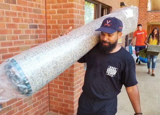 UVA alum Quentin Washington helps incoming freshmen move into their dorms.