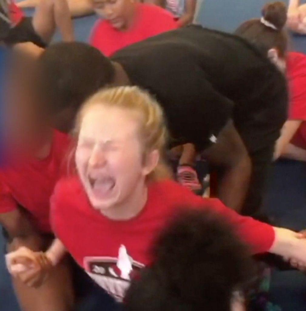 泣き叫ぶ13歳の少女の足を、コーチは開脚させ続けた