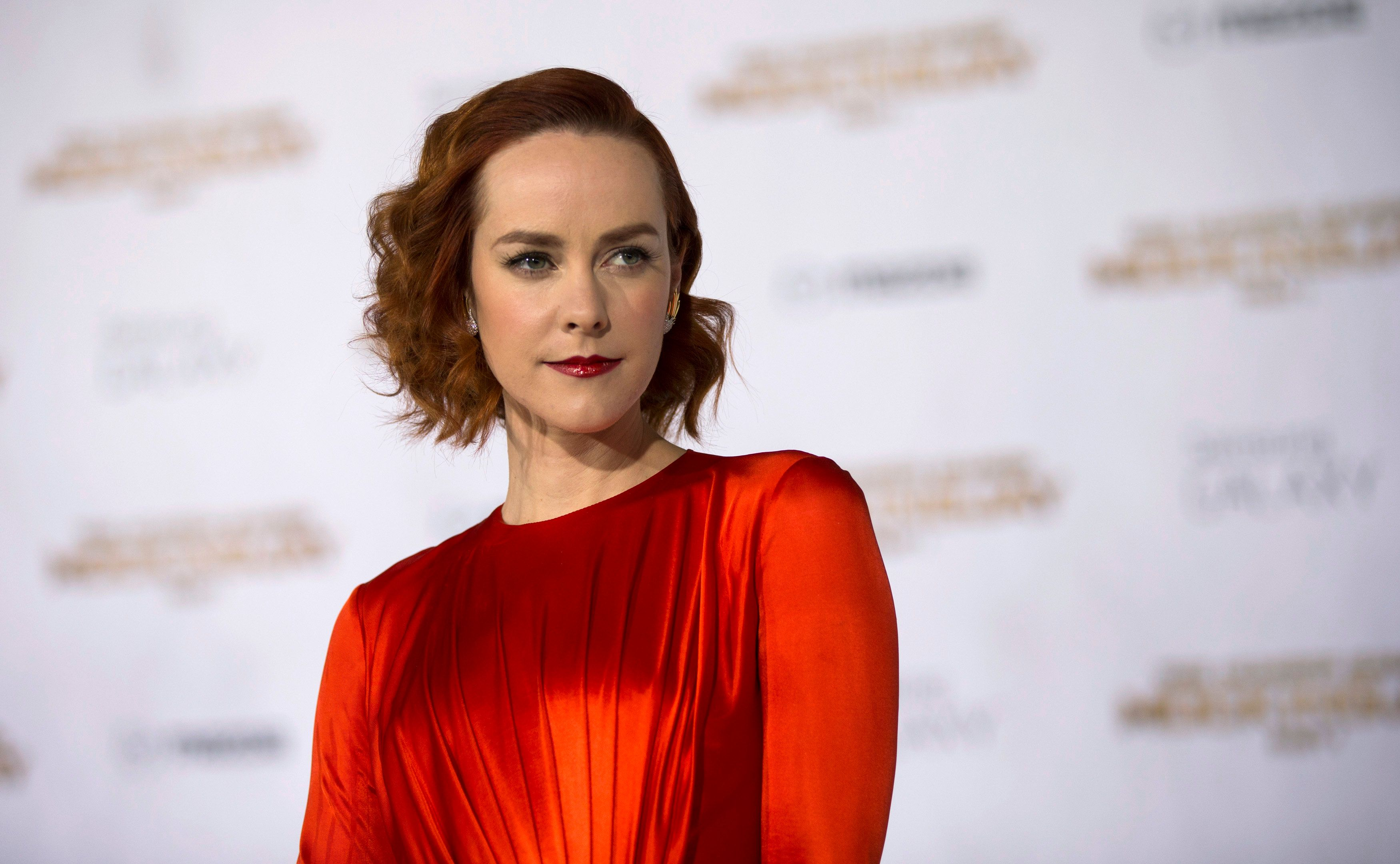 """Cast member Jena Malone poses at the premiere of """"The Hunger Games: Mockingjay - Part 1"""" in Los Angeles, California November 17, 2014. The movie opens in the U.S. on November 21. REUTERS/Mario Anzuoni  (UNITED STATES - Tags: ENTERTAINMENT)"""