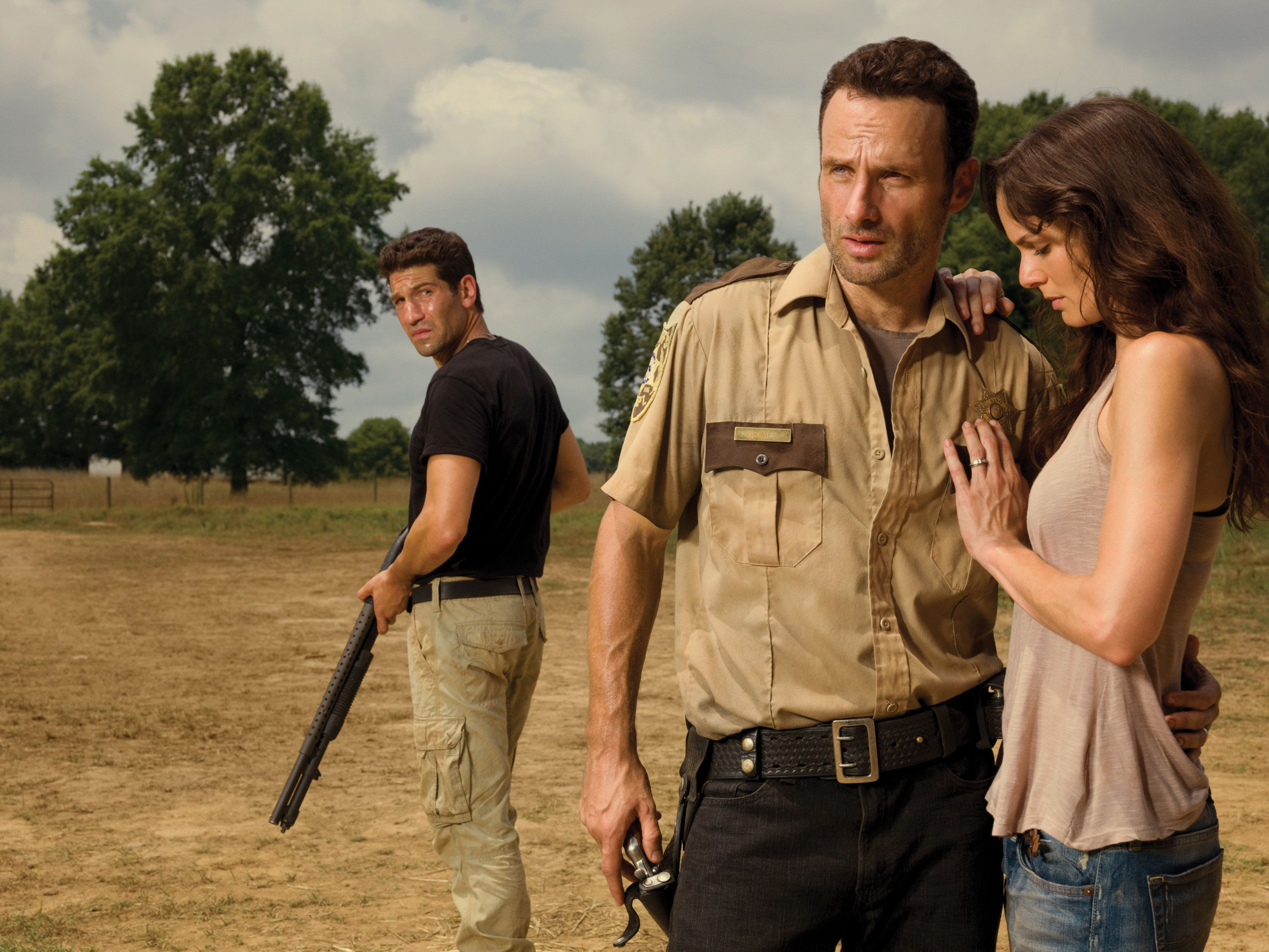 Shane Walsh (Jon Bernthal), Rick Grimes (Andrew Lincoln) and Lori Grimes (Sarah Wayne Callies) - The Walking Dead _ Season 2 _ Gallery - Photo Credit: Matthew Welch/AMC