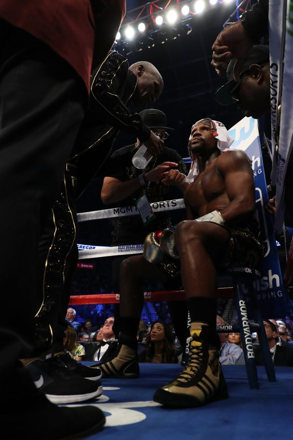 LAS VEGAS, NV - AUGUST 26:  (L-R) Floyd Mayweather Jr. sits in his corner in between rounds of his super welterweight boxing
