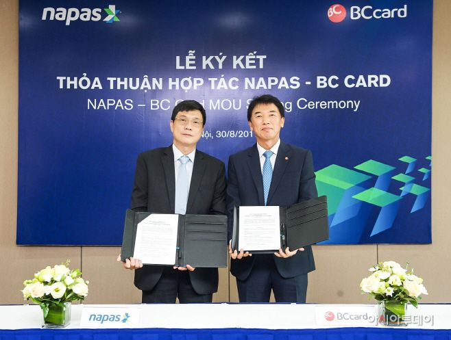 BC Card President Chae Jong-jin (right) poses for a photo with Le Quoc Hung, president of National Payment Corporation of Vie