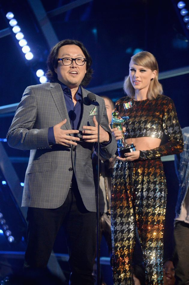 Joseph Kahn and Taylor Swift at the VMAs in 2015, when 'Bad Blood' was named Video Of The