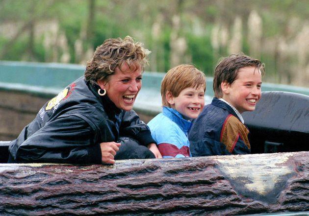 La princesa Diana, el príncipe Guillermo y el príncipe Enrique en un parque de atracciones.