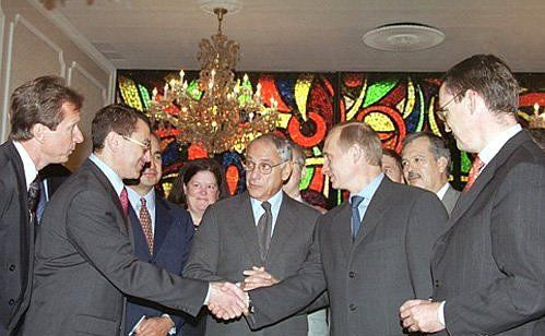 Vladimir Putin shakes hands with Simon Kukes in 2000.