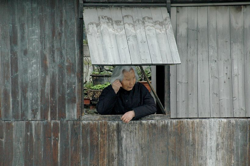 <em>A resident of Wuzhen, one of the ancient river towns, has been preserved in Zhejiang Province as a living history museum