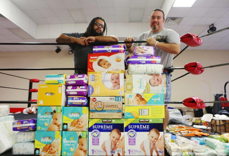 Colony Soto (à direita) organizou uma central de doações no centro de treinamentos de sua empresa, na...