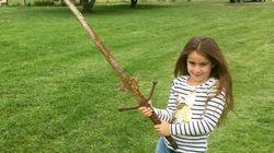 Una niña encuentra una espada en el legendario lago del rey
