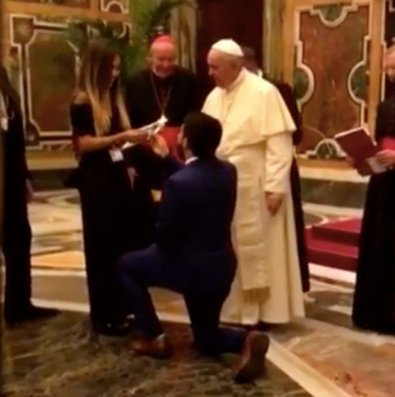 Man Proposes To Girlfriend In Front Of Pope