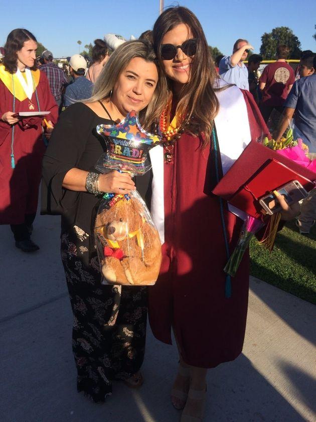 Madre e hija posan en la graduación de