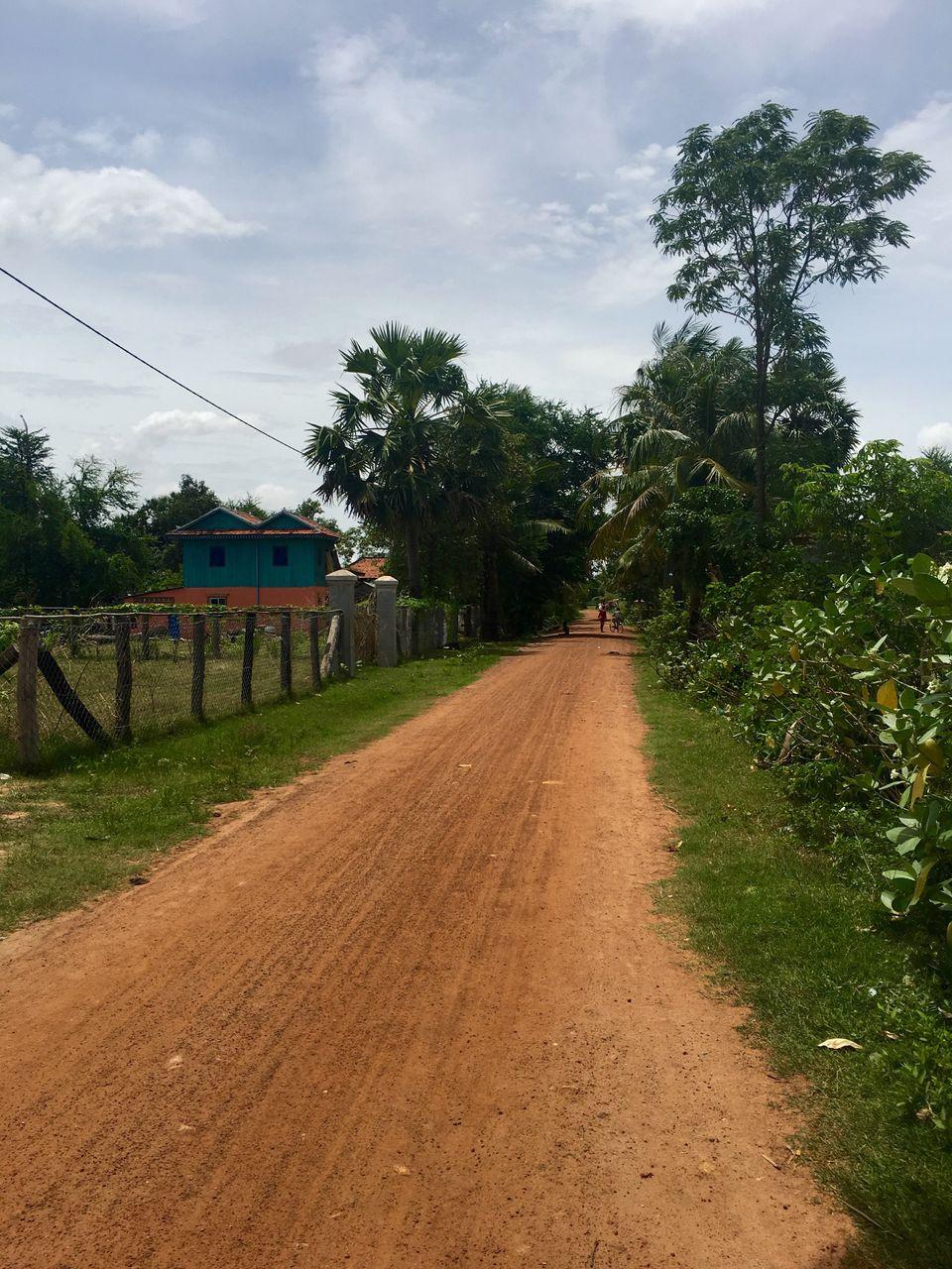 Uma estrada empoeirada em um vilarejo de Kampong Speu, onde muitas das noivas recrutadas são levadas...
