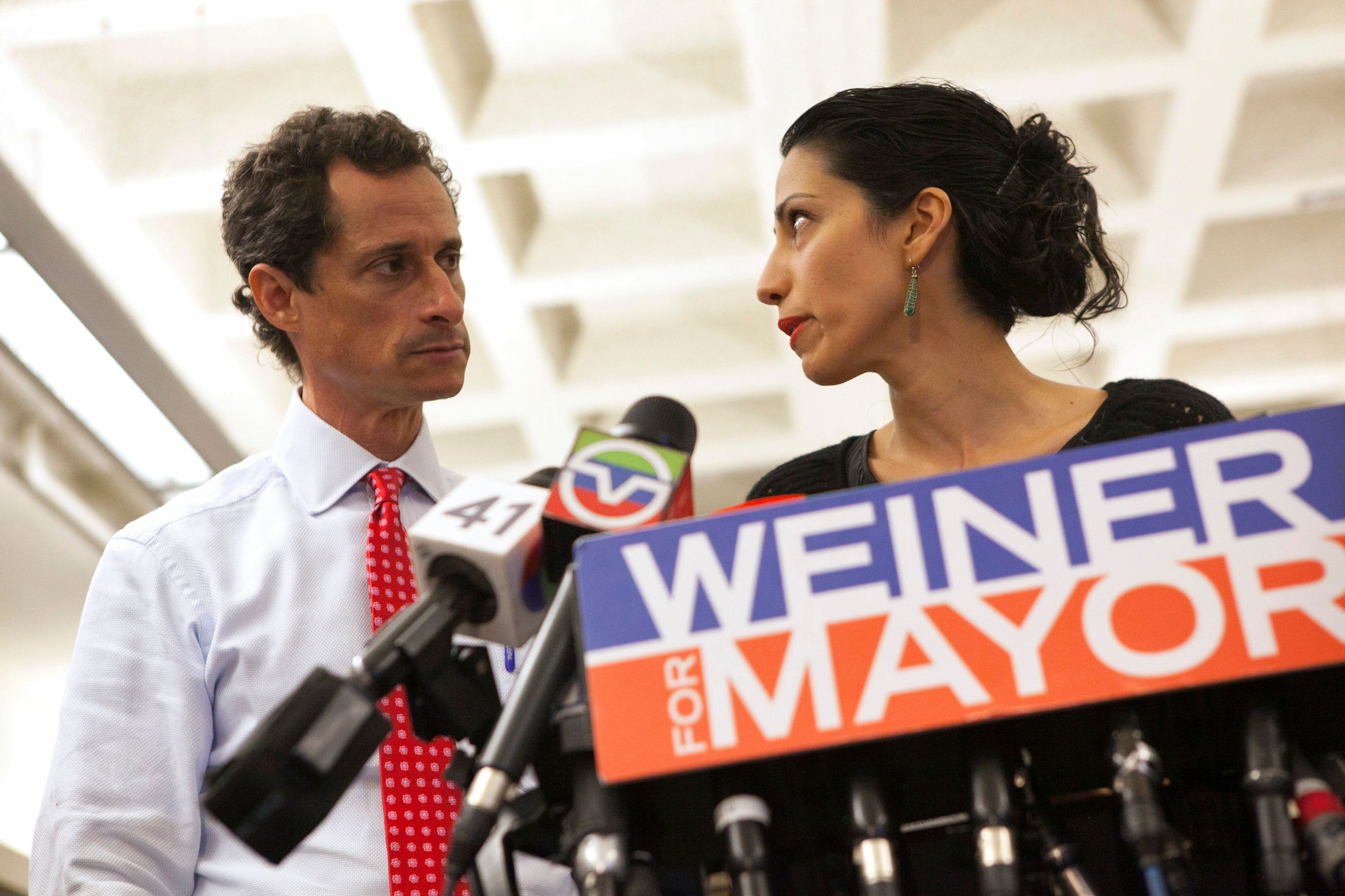New York mayoral candidate Anthony Weiner and his wife Huma Abedin attend a news conference in New York, U.S. on July 23, 2013.  REUTERS/Eric Thayer/File Photo