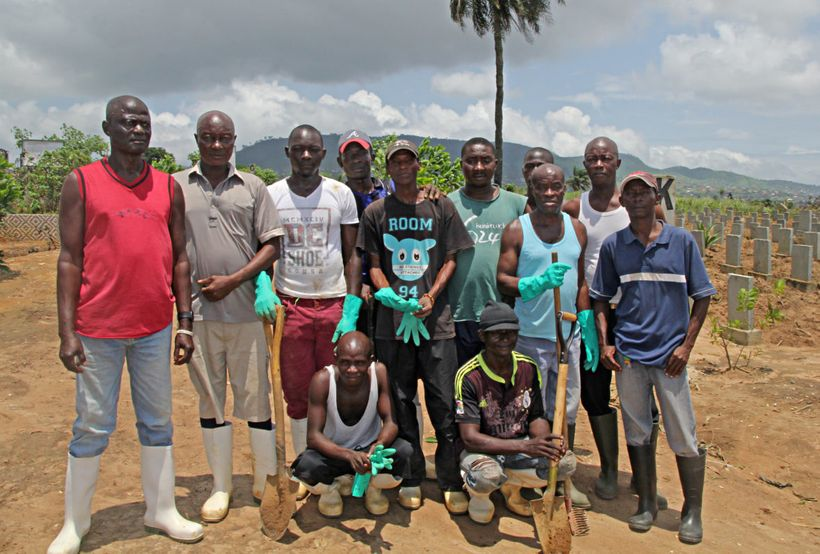Ebola burial teams return to Waterloo cemeteryto help withthe gravesof the hundreds of people lost in the recent mudslides