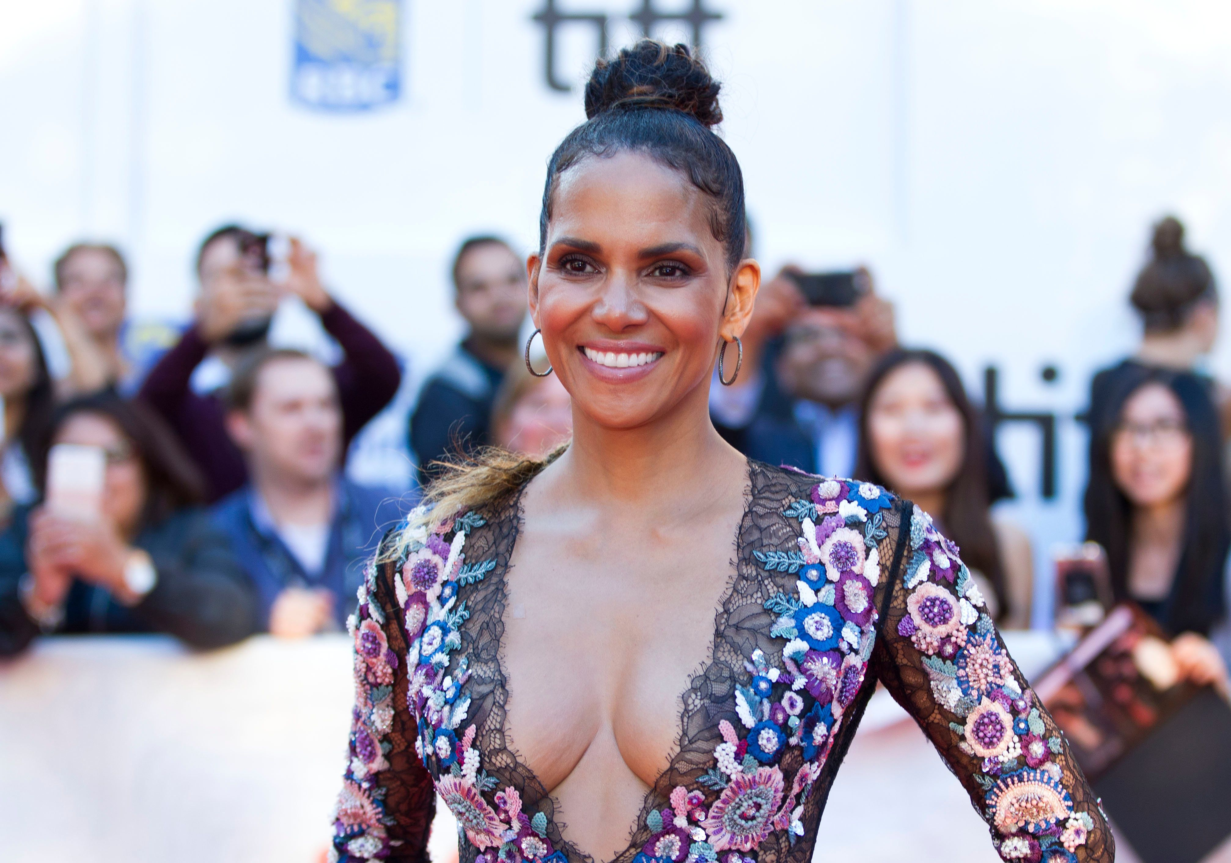 Actress Halle Berry attends the world premiere of 'Kings' during the 2017 Toronto International Film Festival on September 13, 2017 in Toronto, Ontario. / AFP PHOTO / GEOFF ROBINS        (Photo credit should read GEOFF ROBINS/AFP/Getty Images)