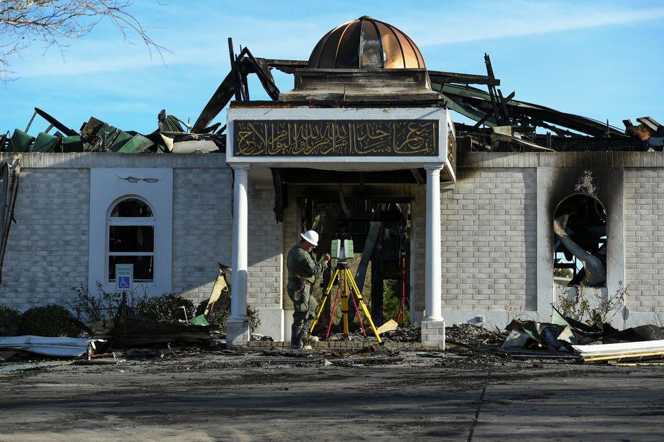 Mesquita destruída em incêndio na cidade de Victoria, Texas, em janeiro. A polícia prendeu Marq Vincent...